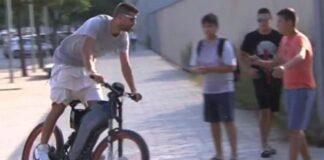 Barcelona-Piqué-chega-para-o-derby-catalão-de-bicicleta