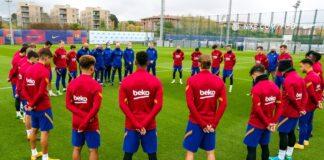 Jogadores-do-Barcelona-fazem-um-minuto-de-silêncio-antes-de-treinar-para-Maradona